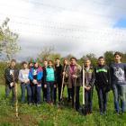 Ученики 8 класса на улице Железнодорожной высаживают деревья, участвуя в акции